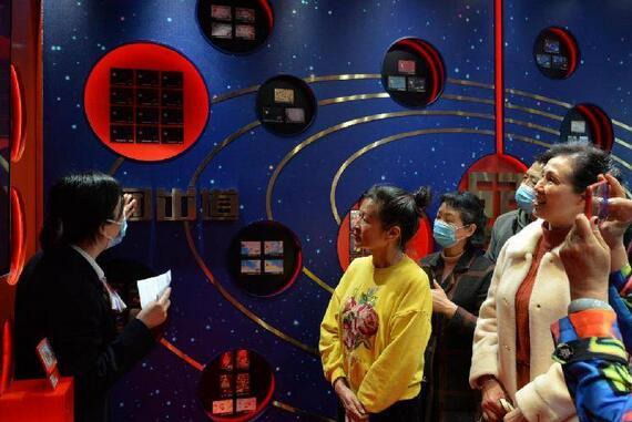 """重庆工行信用卡展示中心今日开启,从一""""卡""""盛开到百""""卡""""齐放"""